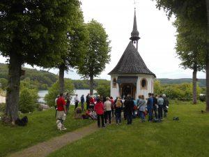 Die Wandergruppe bei der Kapelle in Hanemicke
