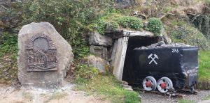 Gedenkstein mit Bronzetafel und alter Grubenlore zur Erinnerung an den Bergbau in der Grube Rhonard– Foto Volker Köhler